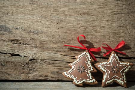 古い木製の背景上のビンテージのクリスマスの装飾