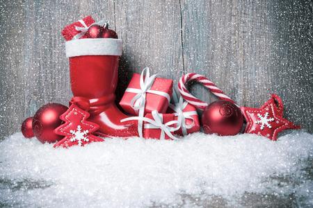 kerst interieur: Kerst achtergrond met cadeau dozen op houten plank