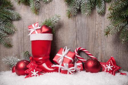 Kerst achtergrond met geschenkdozen over houten bord