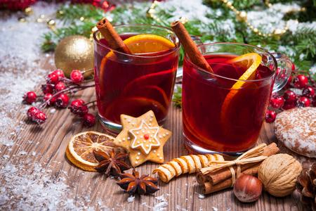 vino: Dos vasos de vino caliente con la decoración de navidad