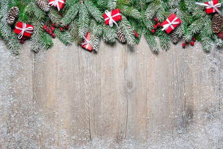 cintas navide�as: Ramas de �rbol de abeto con cajas de regalo de la Navidad en tarjeta de madera vieja