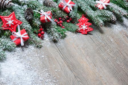 木造の古いボード上のクリスマスのギフト ボックスとモミの木の枝