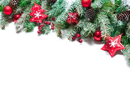 Dennenboom takken met kerst decoratie geïsoleerd op witte achtergrond Stockfoto