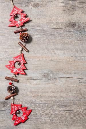 ビンテージ: 古い木製の背景にビンテージのクリスマスの装飾