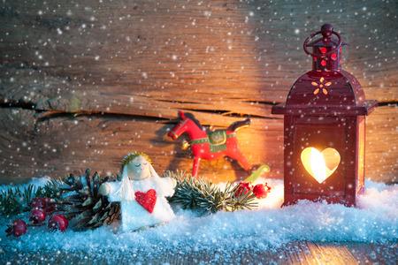 kerst interieur: Kerst achtergrond met brandende lantaarn in de sneeuw Stockfoto