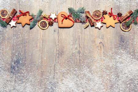 クリスマス クッキー、モミの枝、グランジの古い木製ボード上スパイスと背景