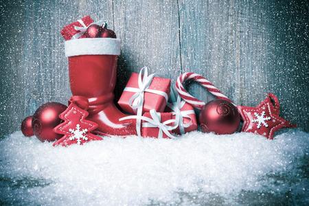 botas de navidad: De fondo de Navidad con cajas de regalo sobre tabla de madera