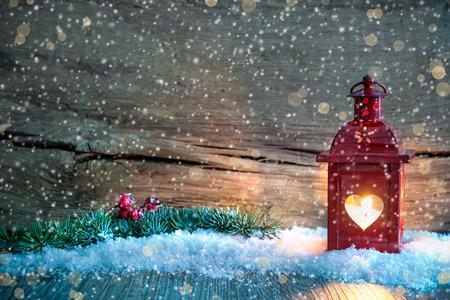 Kerst achtergrond met brandende lantaarn in de sneeuw Stockfoto