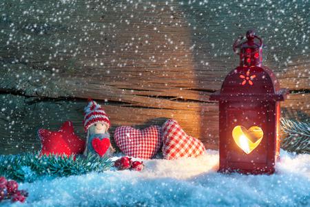 sapin: Fond de No�l avec la lanterne br�lant dans la neige