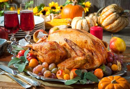 accion de gracias: La cena de Acción de Gracias. Pavo asado en la mesa de fiesta con las calabazas, flores y vino Foto de archivo