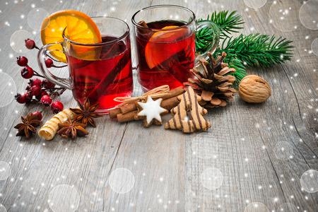 vin chaud: Vin chaud pour l'hiver et de No�l � l'orange et aux �pices Banque d'images