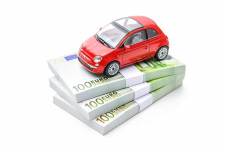 Auto und Geld. Finanzen, mieten, kaufen oder Versicherung Auto-Konzept