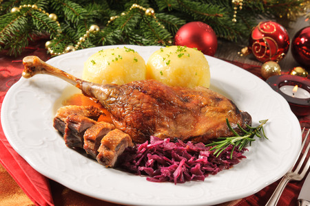crust crusty: Crusty goose leg with braised red cabbage and dumplings