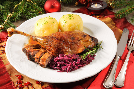 menue: Crusty goose leg with braised red cabbage and dumplings