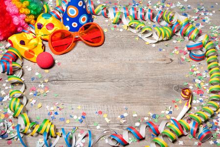 mascaras de carnaval: Fondo carnaval de colores con guirnaldas, streamer, sombreros de fiesta, confeti y m�scara