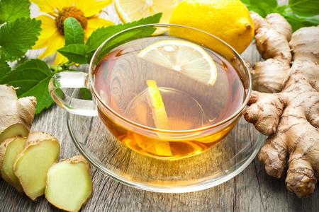 taza de te: Taza de t� de jengibre con lim�n en la mesa de madera