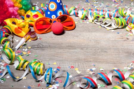 carnaval: Fond coloré de carnaval avec des guirlandes, banderoles, chapeaux de fête, confettis et masque Banque d'images