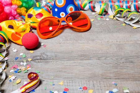 Kleurrijke carnaval achtergrond met slingers, streamer, feestmutsen, confetti en masker Stockfoto