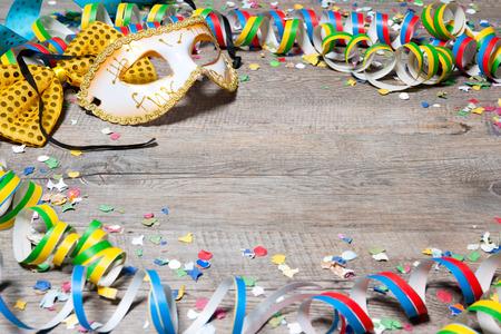 Kleurrijke carnaval achtergrond met slingers, streamer, feestmutsen, confetti en masker Stockfoto - 35242622