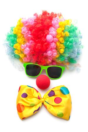 payaso: Cara divertida formado con peluca, nariz y las gafas en el fondo blanco