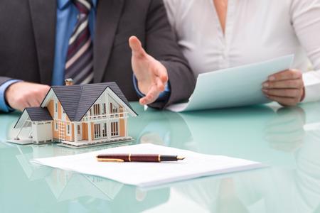 courtier: Discussion avec un agent immobilier au bureau Banque d'images