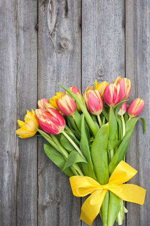 bouquet of fresh tulips with copy space on wooden background Standard-Bild