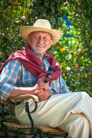 persona mayor: Retrato de hombre mayor con gafas de sol al aire libre