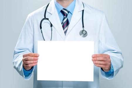 Docteur tenant bannière blanche vierge Banque d'images - 36008630