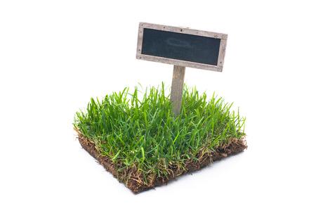 lege teken in groen gras geïsoleerd op een witte achtergrond