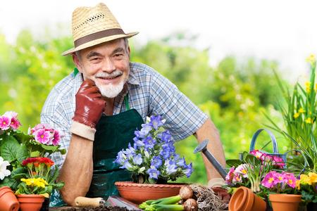 花の庭にシニアの男の肖像