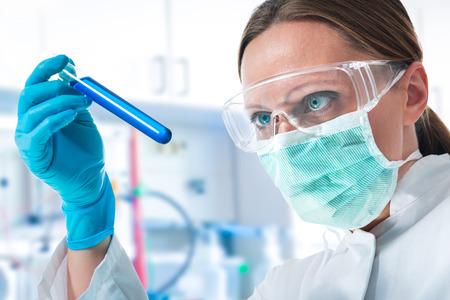 examenes de laboratorio: científico que trabaja en el laboratorio