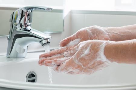 bulles de savon: Hygi�ne. Mains nettoyage. Se laver les mains. Banque d'images