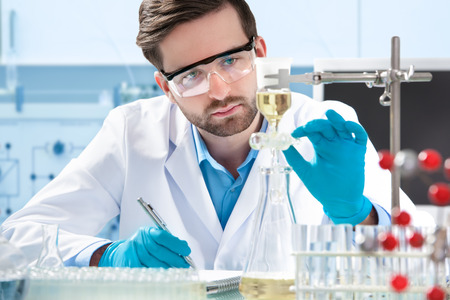examenes de laboratorio: cient�fico que trabaja en el laboratorio