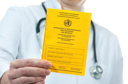 ESQUEMA DE VACUNACION: Doctor que muestra un certificado internacional de vacunación