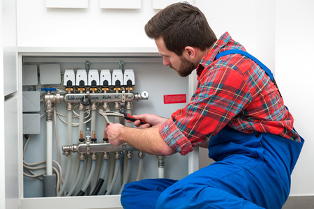 Técnico en mantenimiento de la calefacción por suelo radiante Foto de archivo