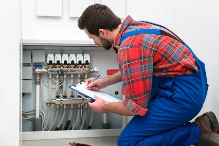Technicus onderhoud van de vloerverwarming