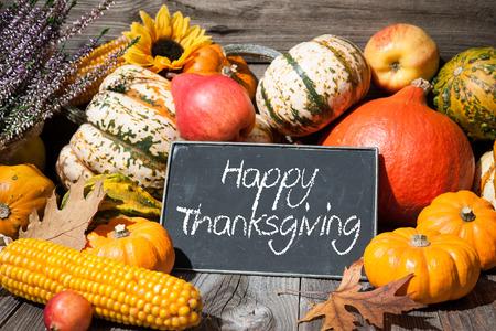 fond de texte: Jour de Thanksgiving automne toujours la vie avec des citrouilles et du texte de vacances sur fond vieux bois
