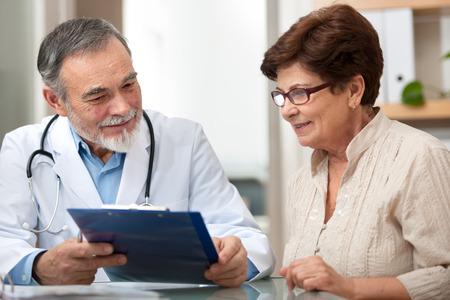 Médico hablando con su paciente en el consultorio Foto de archivo - 37885304