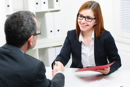 contrato de trabajo: Solicitante de empleo con la entrevista. Apret�n de manos mientras entrevistas de trabajo Foto de archivo