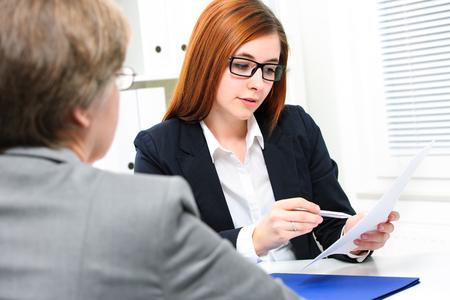 entrevista: Tener una entrevista de solicitante de empleo