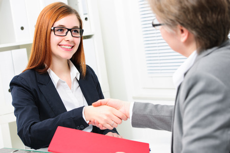 entrevista de trabajo: Solicitante de empleo con la entrevista. Apret�n de manos mientras entrevistas de trabajo Foto de archivo