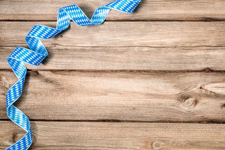 コピー スペースを持つ木製の背景にバイエルンのリボン。オクトーバーフェスト