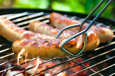 saucisse: D?licieuses saucisses allemandes sur la grille du barbecue