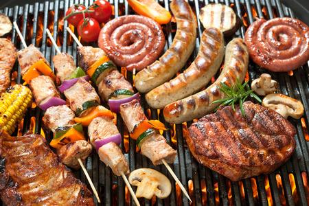 Deliciosa carne a la parrilla con vegetales surtidos sobre las brasas de una barbacoa Foto de archivo - 39490667
