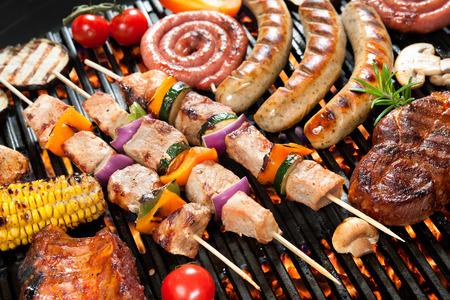 chorizos asados: Deliciosa carne a la parrilla con vegetales surtidos sobre las brasas de una barbacoa