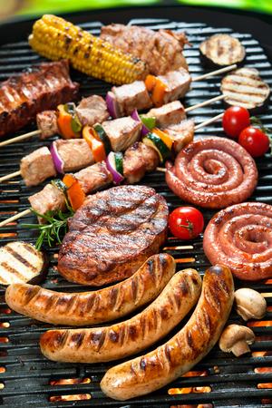 parrillada: Deliciosa carne a la parrilla con vegetales surtidos sobre las brasas de una barbacoa