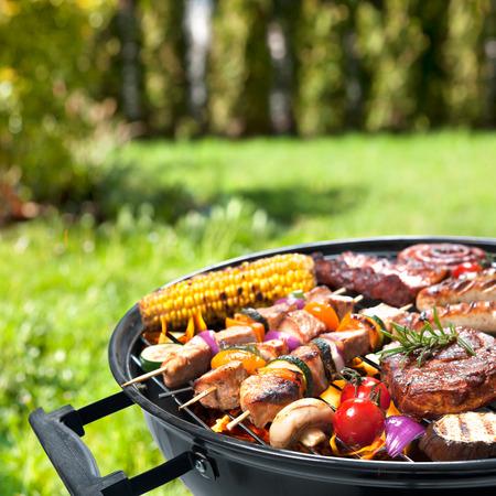 cooking: Deliciosa carne a la parrilla con vegetales surtidos sobre las brasas de una barbacoa