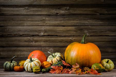 Thanksgiving day herfst stilleven met pompoenen op oude houten Stockfoto