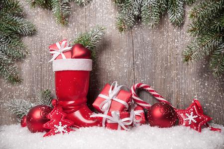 botas de navidad: Fondo de Navidad con cajas de regalo sobre tabla de madera