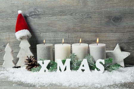 adviento: Fondo rústico de Navidad con cuatro velas del advenimiento quema
